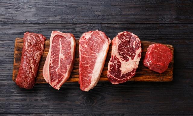 Ρύθμιση μπριζόλας βόειου κρέατος πάνω σε ξύλινη πλάκα