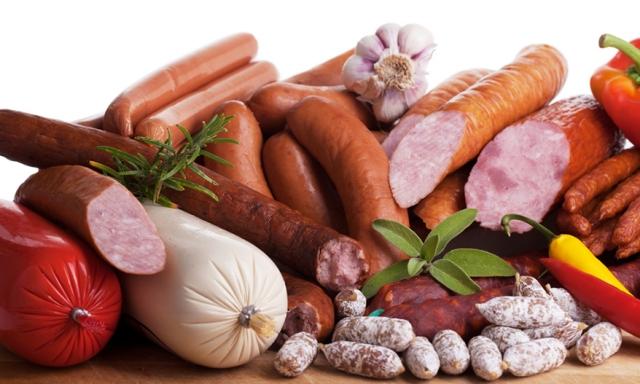 Σύνθεση διαφόρων λουκάνικων ως μέρος της επεξεργασίας κρέατος