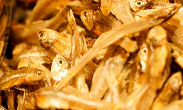 Μια επίδειξη μικρών κινεζικών παστών ψαριών