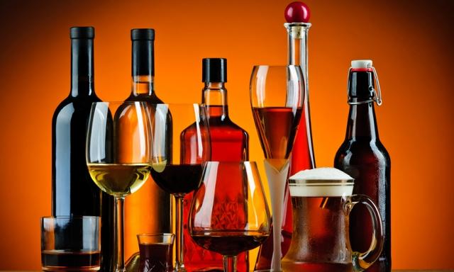 Εμφάνιση μπύρας, κρασιού και ποτού σε μπουκάλια και ποτήρια