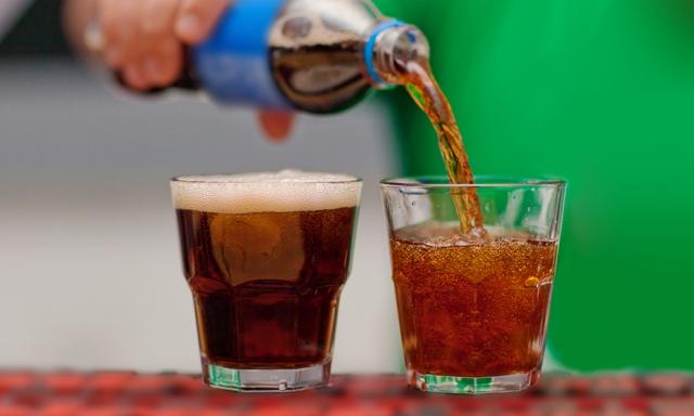 Ένα αναψυκτικό χύνεται σε ένα ποτήρι